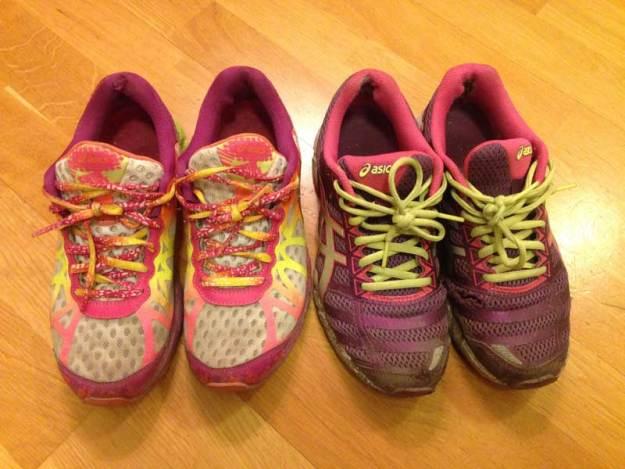 Två par sneakers ut. De vänstra blir inte renare trots ett par omgångar i tvättmaskinen samt är trasiga så det läcker in vatten. De högra är trasiga såväl ovanpå skon som vid hälarna.