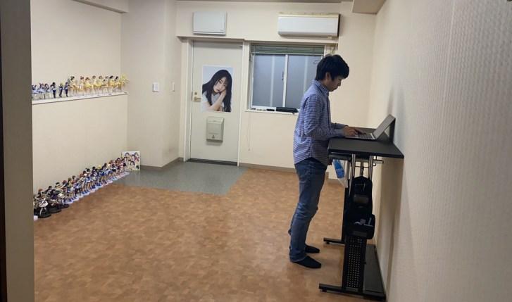 ワンルームに住む大学生ミニマリストの部屋の作業場