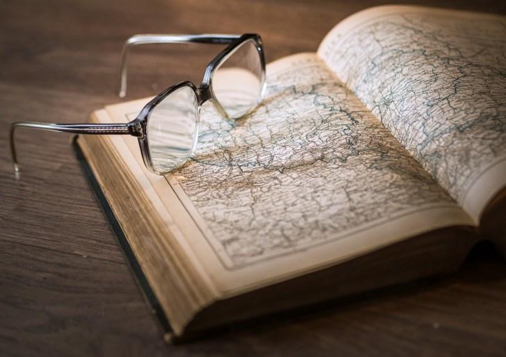 紙の本とメガネ