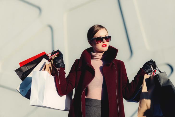服をたくさん買う女性