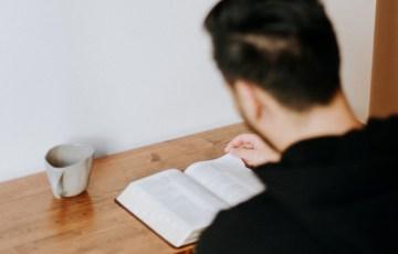 机で読書する人