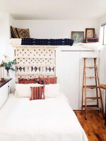 No es necesario que utilices escaleras fijas o de materiales metálicos para acceder a la cama. Puedes usar escaleras de madera o antiguas para darle un toque rustico.