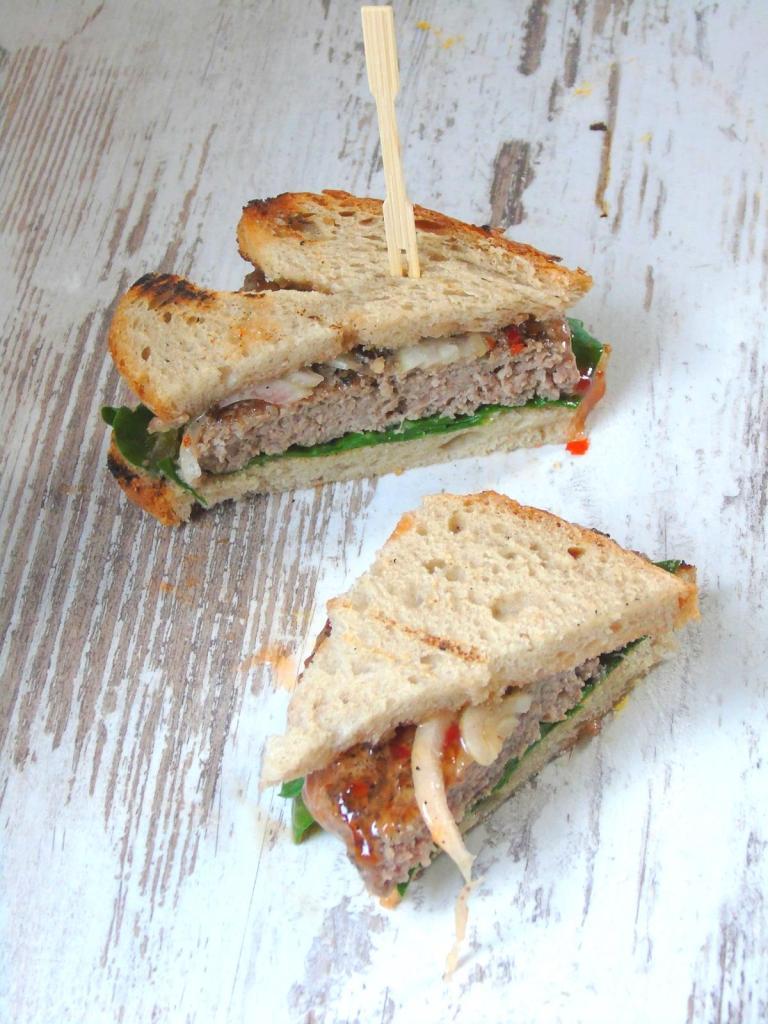 Beef-Burger Sandwich mit Mangold & Sweet Chili Sauce