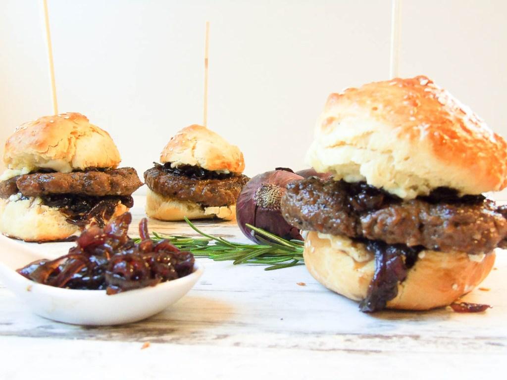Merguez Burger mit Balsamico-Zwiebeln & Zitronen-Rosmarin-Aioli