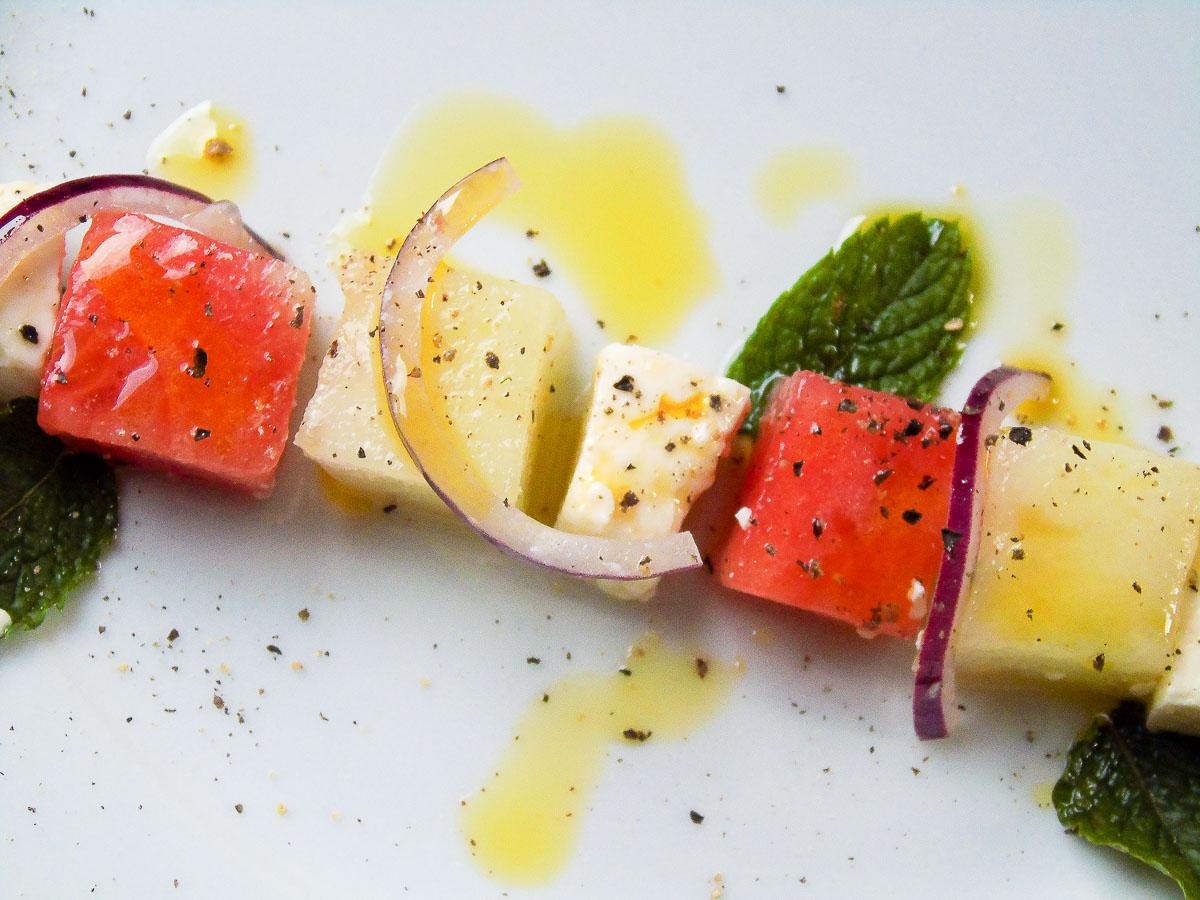 Melonen Feta Salat mit Honig- und Wassermelone, Minze und roten Zwiebeln
