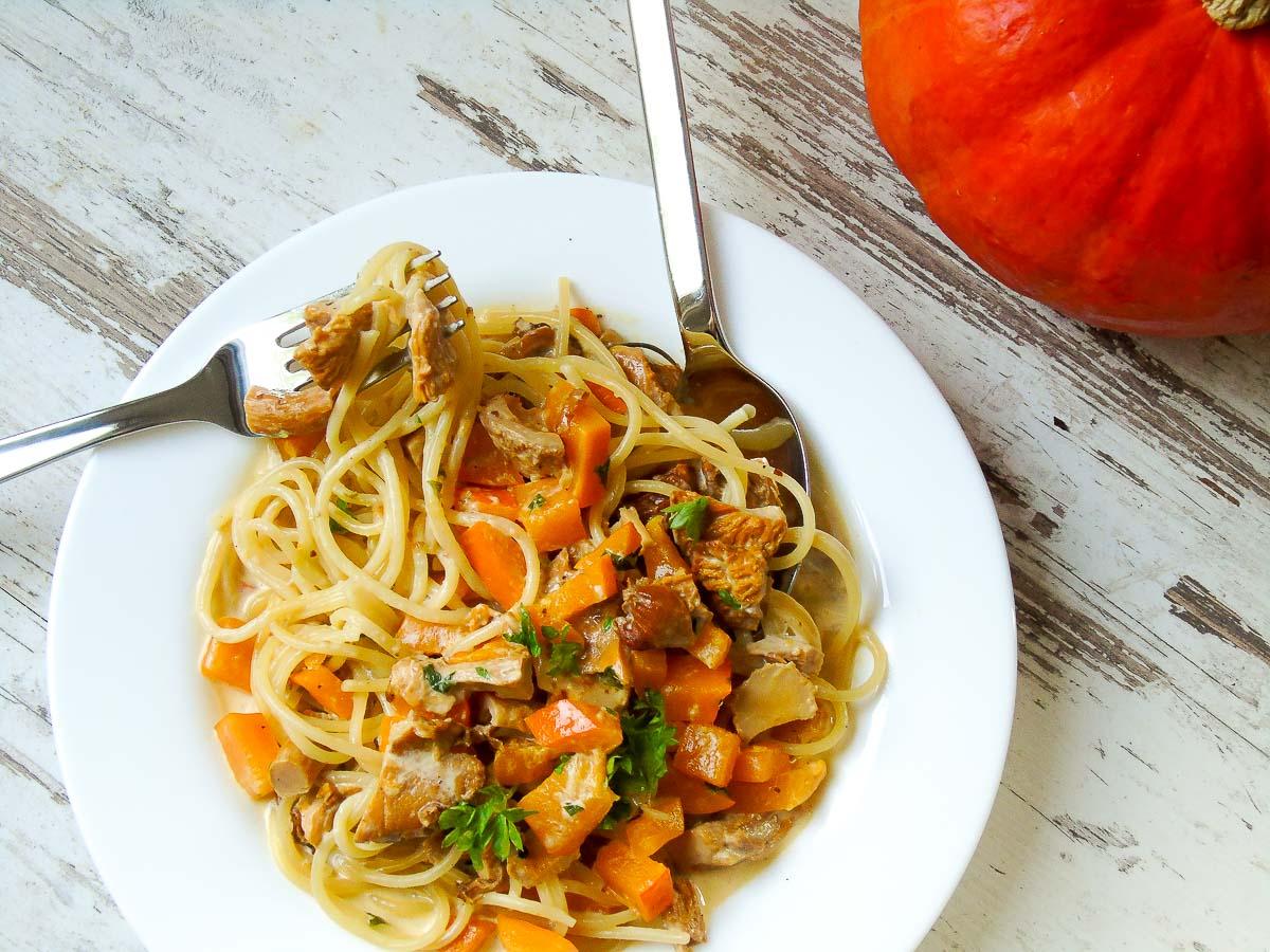 Ein Teller Spaghetti mit Kürbis und Pfifferlingen