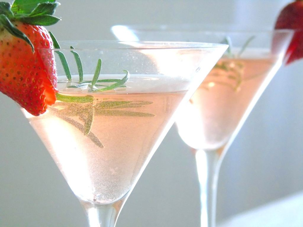 Erdbeer Zitronen Bowle mit Rosmarin