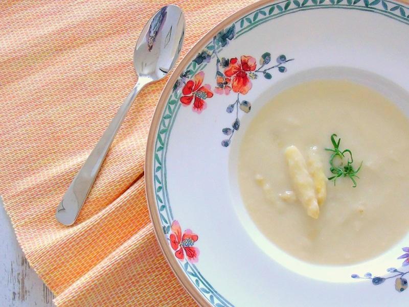 Spargelcremesuppe mit Joghurt und Weißwein