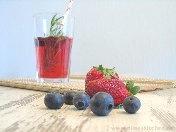 Tropic-Eistee mit Rosmarin & frischen Früchten