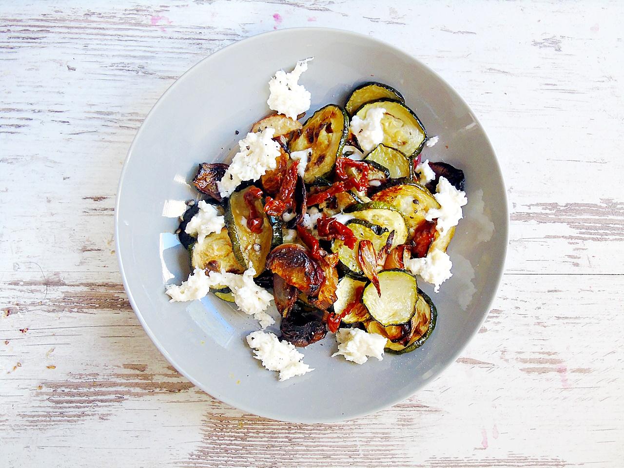 Lauwarmer Zucchinisalat mit Pfirsich und Mozzarella