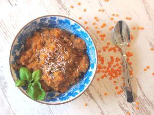 Eine Schüssel Linsen Curry mit Kokos und Süßkartoffeln