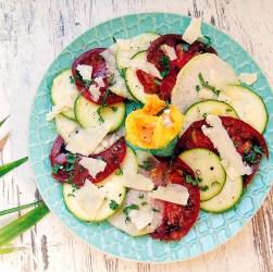 Carpaccio aus Tomaten, Kohlrabi und Zucchini mit Parmesanspänen