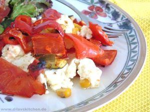 Gebackener Feta mit Paprika, Tomaten, Zucchini und Mais