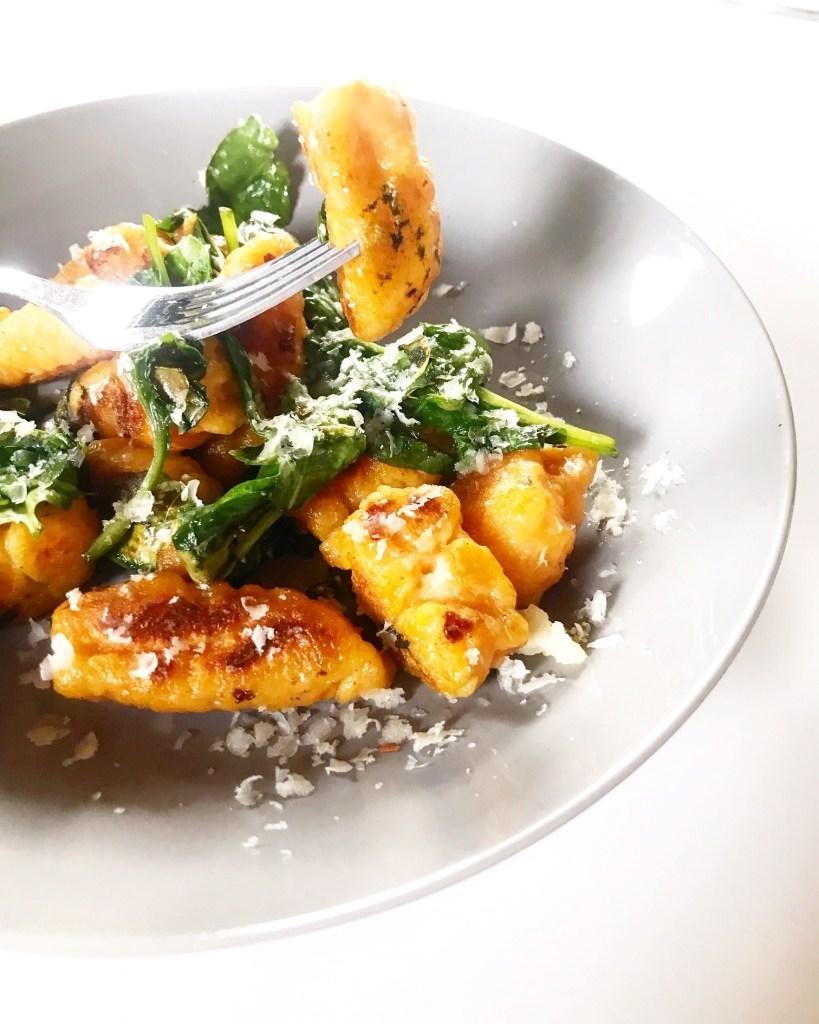 Süßkartoffelgnocchi mit Spinat und Parmesan