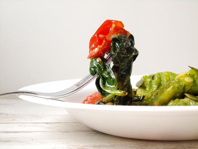 Spinat Gnocchi mit geschmolzenen Kirschtomaten und Kürbiskernen