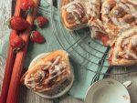 Hefeschnecken mit Fruchtfüllung und Deko aus frischen Erdbeeren und Rhabarberstangen