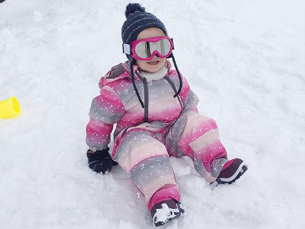 wintersport met dreumes in de sneeuw