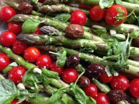 Salat med grønne asparges, oliven og tomater