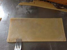Fold dejen og luk kanterne med en gaffel