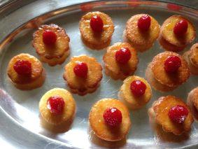 Små marcipankager med hindbær