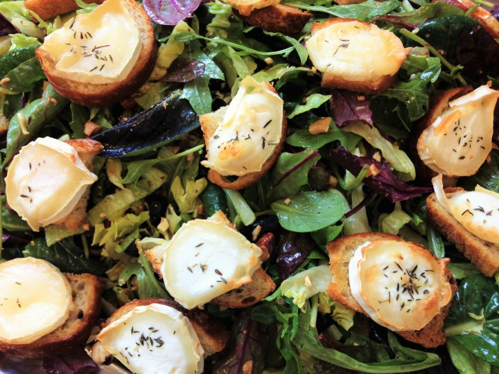 Salat med små gedeostebrød