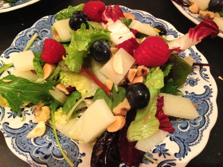 Smuk lille salat med ost og bær