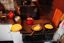 Der laves pandekager på komfuret