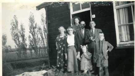 Jelte en Hendrikje Posthumus-Faber met de Rotterdamse grootouders van Age Posthumus (rechts) met zijn zusje en nichtje