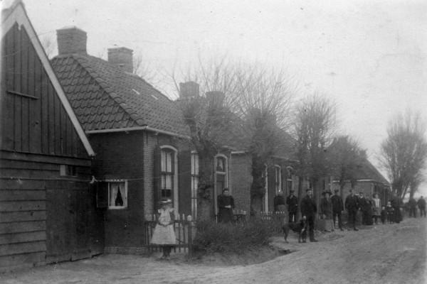 Noordzijde Hermanawei net na de afslag Bosdijkje (vanuit het dorp gezien)