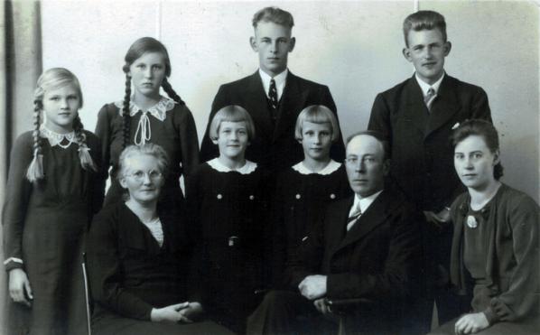 Voorsterij vlnr: Trijntje de Boer, Feikje, Riemkje, Adam Elsinga, Jeltje. Achter vlnr: Aukje, Maartje, Gerrit en Douwe.