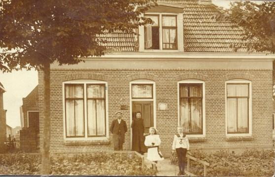 Gjalt Bloembergen met zijn vrouw Aurelia van Mourik en de kinderen Roel en Rinske. Foto omstreeks 1912.