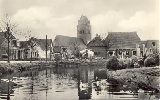 Rechts de timmerwerkplaats rond 1960