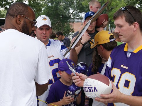 Photo of Donovan McNabb signing autographs during at the Minnesota Vikings 2011 training camp
