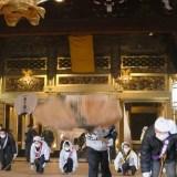 西本願寺のすす払い (3)  – 豪快大団扇