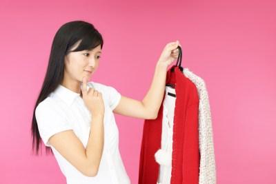 洋服を処分する女性