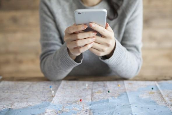 地図アプリを利用する女性