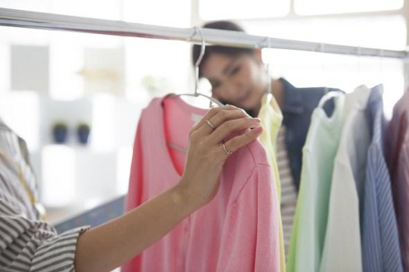 洋服を選ぶ人