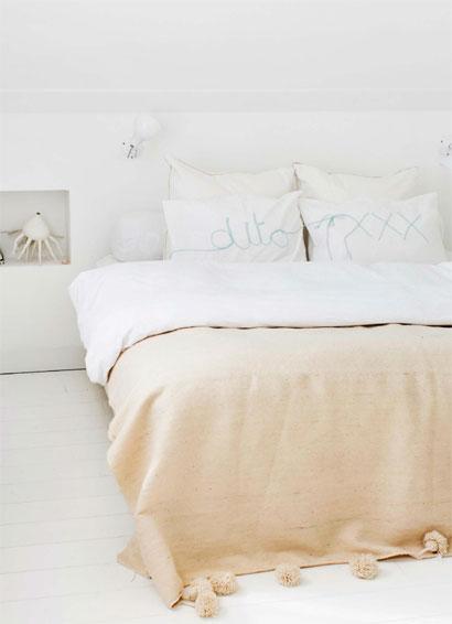Cama confortável com almofadas brancas como decoração