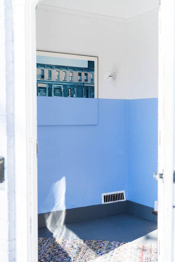 Decoração original de uma parede a duas cores