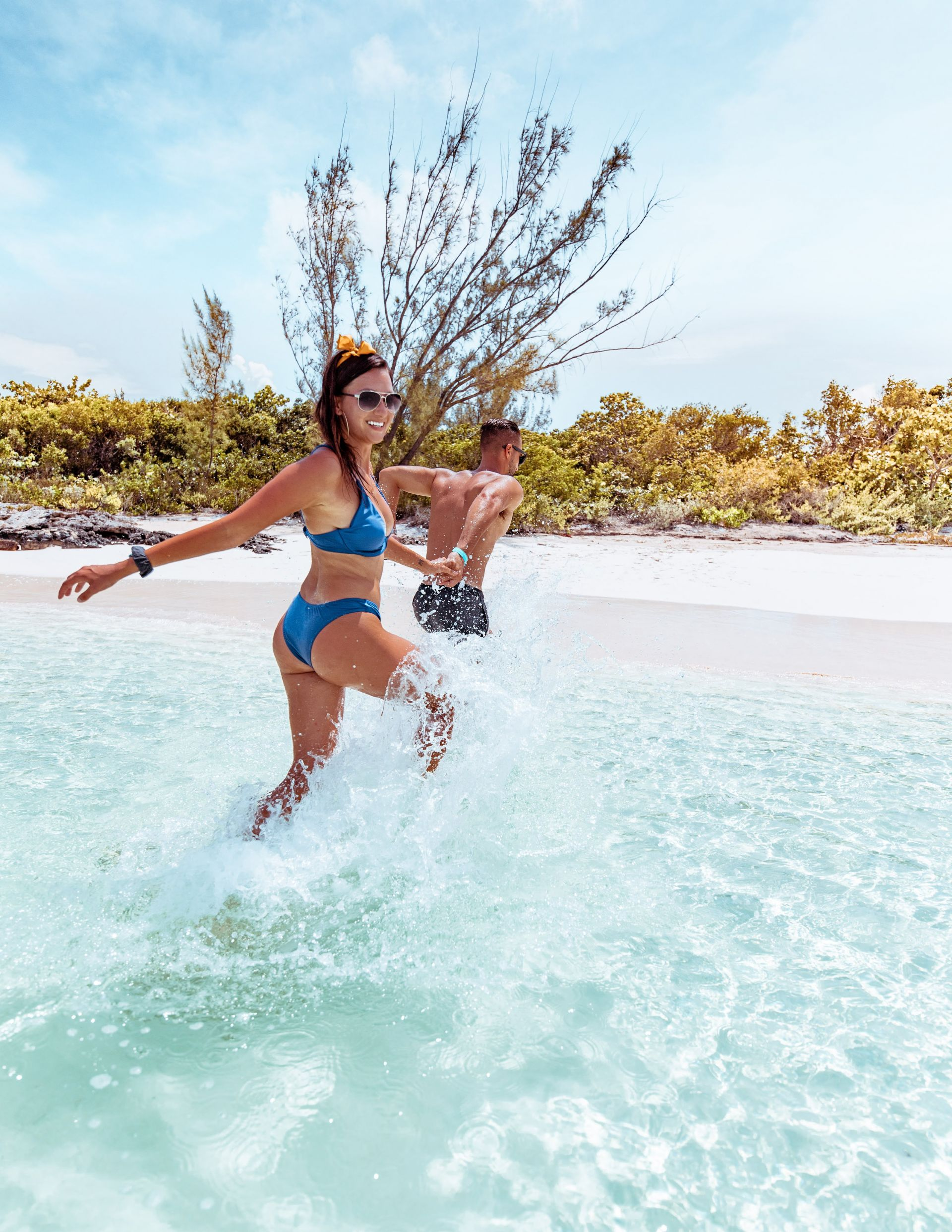 danandnatty-travel-couple-running-into-water-cocoplum-beach-exumas-bahamas