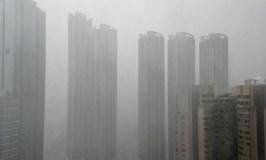Typhoon Utor rains on Hong Kong