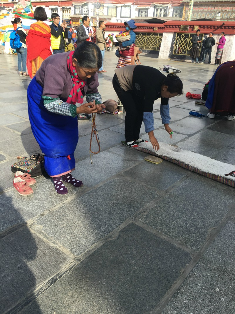 jokhang-temple-prayers