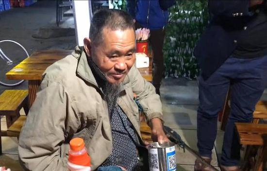Beggar in China uses technology
