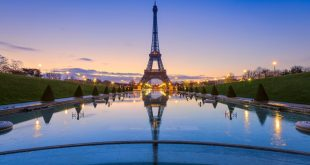 Frozen reflections in Paris. Eiffel Tower at sunrise from Trocadero Fountains e1492262386545 scaled