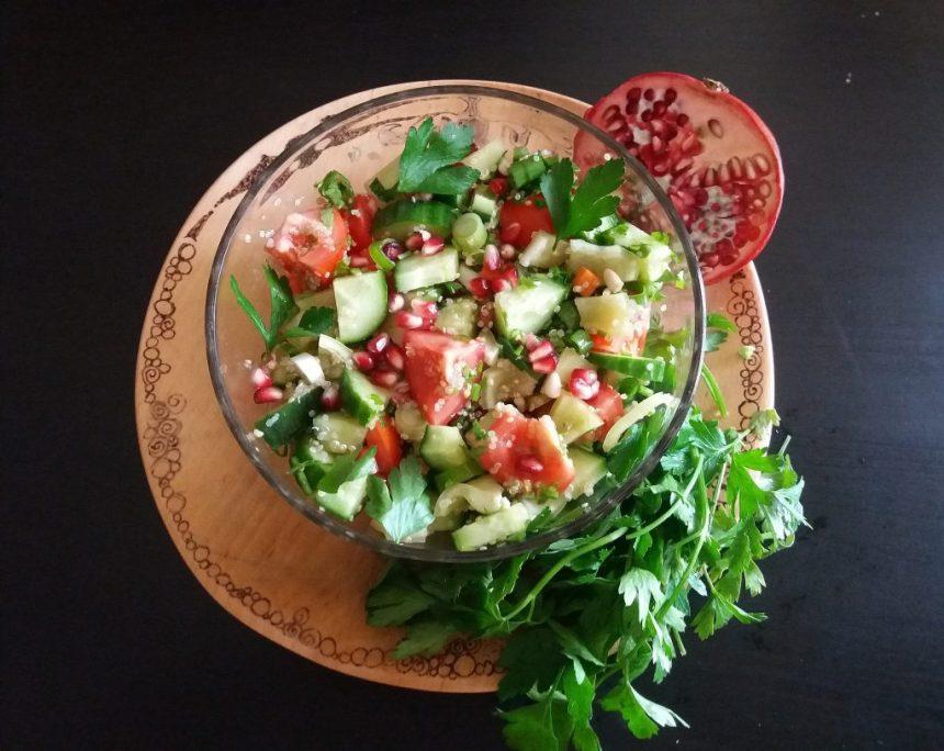 salata-de-legume-cu-quinoa-si-boabe-de-rodie
