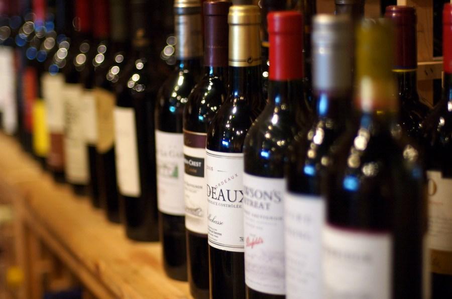 El vi, com d'altres begudes alcohòliques, pot portar enzims o additius. / Jeff Kubina