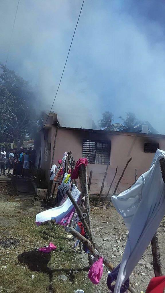 Hijo prende fuego a casa de sus padres en Pueblo viejo Azua