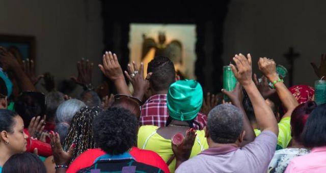 Creyentes veneran y cumplen promesas en día de San Miguel Arcángel