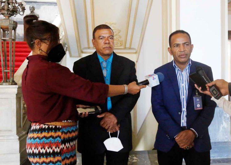 Resultado de imagen para Dirigentes de transporte visitan al presidente para apoyar modernización del sector