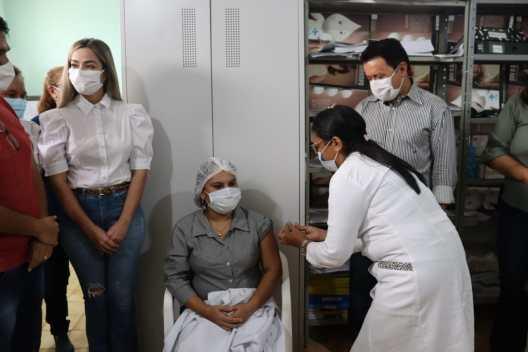 Na presença do prefeito Rigo Teles, três profissionais da saúde são vacinados contra o coronavírus em Barra do Corda